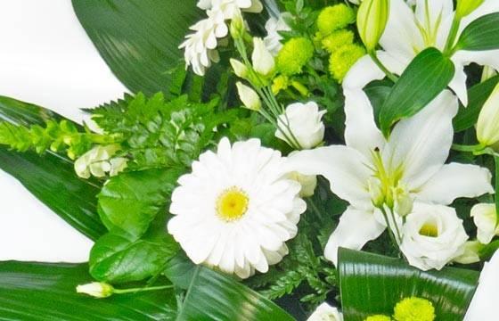 Fleurs en Deuil | vue sur les gerberas de la Gerbe de fleurs deuil blanche