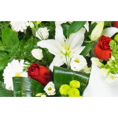 Fleurs en Deuil | zoom sur des lys, roses rouges et bergeras blancs de la Gerbe de deuil de fleurs rouges & blanches