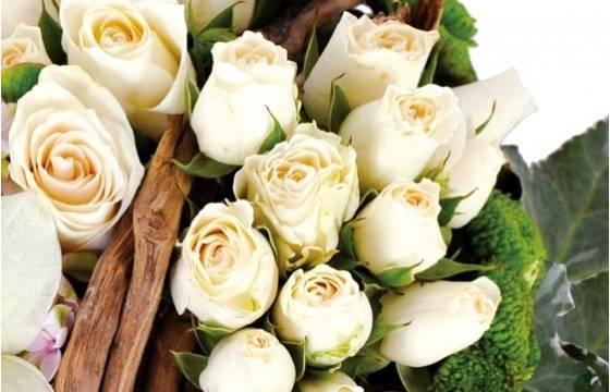 Fleurs en Deuil | zoom sur des roses blanches du coeur en fleurs Douceur
